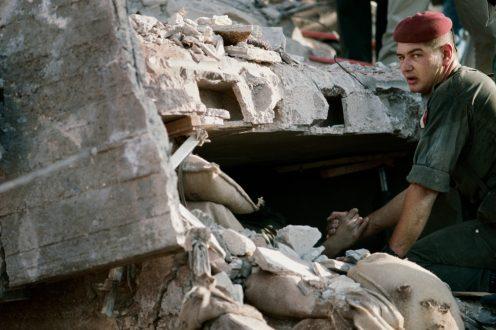 Yan Morvan, Un soldat français tient la main d'un survivant dans les ruines de l'immeuble « Drakkar »