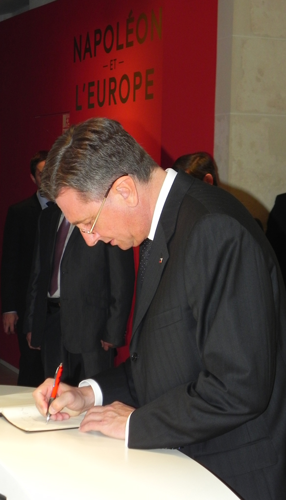 Le président de la République de Slovénie Borut Pahor signe le livre d'or de l'exposition