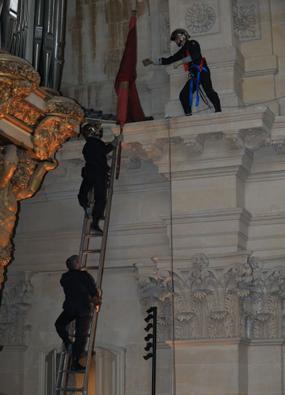 009 161 131 Décrochage demblèmes dans la cathédrale Saint Louis des Invalides