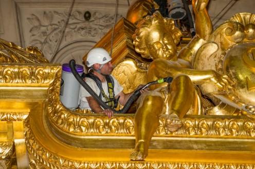 1306 Gratte Ciel AS 496x330 Une opération renversante : le nettoyage du baldaquin dans lEglise du Dôme !