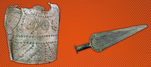 A gauche : Cuirasse dite cuirasse de Grenoble (dénut de l'Age du Fer), à droite : Poignard (vers 1800 avant JC)