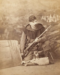 Garde national posant en studio avec un fusil Chassepot
