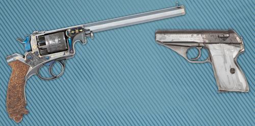 A gauche : revolver à percussion type Adams, à droite : Pistolet Mauser HSC
