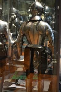 Elèves de l'ECV dans les salles du département armures et armes anciennes