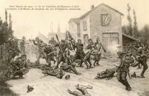 Carte postale française de 1914, réalisée par Seignol et éditée par Farges, évoquant la prise du premier drapeau allemand, celui du 132e d'infanterie allemande, pris le 15 août 1914 à Saint-Blaise dans les Vosges par le 10e bataillon de chasseurs à pied. © Paris, musée de l'Armée