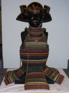 Armure de type « Iro Iro Domaru no Yoroi » remontée sur son squelette métallique  Travail japonais, fin XVIe – début XVIIe siècle