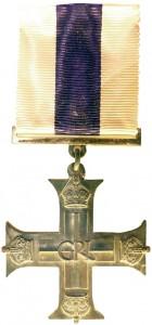 La Military Cross se compose d'une croix à branches droites pattées ornementale en argent décorée d'une couronne impériale à chaque extrémité. L'avers porte le Royal Cypher (le monogramme royal) en son centre