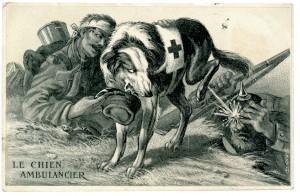 Le chien sanitaire rend au soldat français blessé son képi et urine sur le soldat allemand.  Il existe une version en couleurs de cette carte postale. © Paris, musée de l'Armée