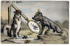 Carte postale satirique : un chien français, piétine un emblème allemand. La borne allemande brisée montre qu'il garde la frontière du territoire repris par les troupes françaises face aux troupes allemandes. Le dogue allemand, agressif, coiffé d'un casque à pointe, bave de rage et porte la Croix de fer autour du cou. © Paris, musée de l'Armée