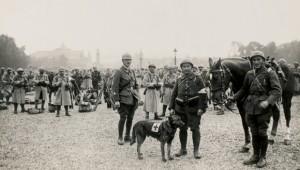 Soldats français stationnés devant les Invalides
