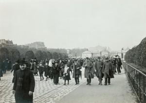 La foule rentre aux Invalides © Paris, musée de l'Armée dist. RMN-GP