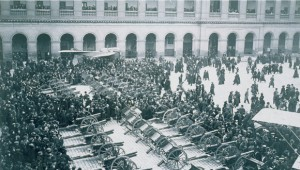 Civils, militaires, hommes, femmes, enfants se retrouvent dans la cour d'honneur autour des canons de 77 et des avions pris aux Allemands. © Paris, musée de l'Armée dist RMN-GP