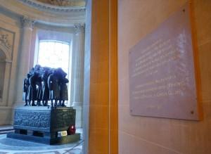 Plaque commémorative à Lazare Ponticelli sous le dôme des Invalides. En arrière-plan, le tombeau du maréchal Foch. © Paris, musée de l'Armée