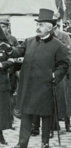 Le ministre de la Guerre français, Alexandre Millerand (1859-1943) le 12 juillet 1915 aux Invalides © Paris, musée de l'Armée dist. RMN-GP