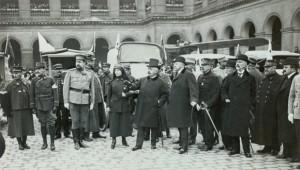 12 juillet 1915 autos ambulances, tentes de premiers secours... offertes par la Russie à la France en présence du ministre de la Guerre français, Alexandre Millerand © Paris, musée de l'Armée dist. RMN-GP