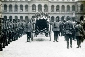 Le transfert de la dépouille de Rouget de Lisle dans la cour d'Honneur des Invalides © Paris, musée de l'Armée dist. RMN-GP