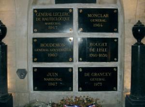 Dans l'entrée du caveau des gouverneurs, parmi les six plaques ci-dessus, celle de Rouget de Lisle figure à droite et au milieu. © Paris, musée de l'Armée