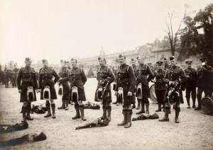 Soldats de la musique britannique sur l'esplanade des Invalides © Paris, musée de l'Armée dist. RMN-GP