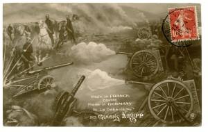 Carte postale satirique française opposant l'artillerie française à « l'artillerie Krupp ». Sur les canons français on distingue le nom de « Creusot » (département de Saône-et-Loire) où se situait les usines Schneider spécialisées dans la fabrication de l'acier et principal concurrent de Krupp. Pendant la première guerre mondiale, la société participe aussi à la fabrication des premiers chars français avec le char Schneider CA1. © Paris, musée de l'Armée