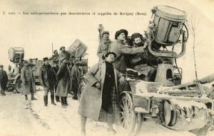 Carte postale montrant une mise en scène où des chasseurs alpins orientent leurs projecteurs en direction du ciel © Paris, musée de l'Armée
