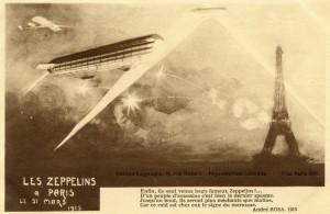 Carte postale éditée pendant la première guerre mondiale. Les puissants faisceaux des projecteurs permettent à l'artillerie d'ajuster leurs tirs sur les engins volants © Paris, musée de l'Armée