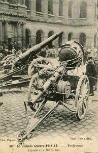Projecteur allemand dans la cour des Invalides, sur une carte postale éditée par le musée de l'Armée © Paris, musée de l'Armée