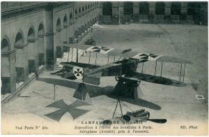 Carte postale présentant les différents avions allemands qui ont été présentés dans la cour d'honneur pendant la Grande Guerre comme l'Aviatik utilisé surtout entre 1914 et 1916, est un avion de reconnaissance contenant un pilote et un observateur © Paris, musée de l'Armée
