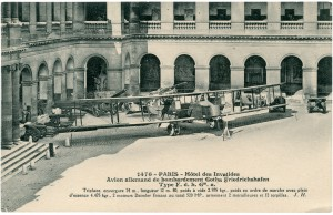 Carte postale qui présente les différents avions allemands présentés dans la cour d'honneur pendant la Grande Guerre, comme Le Gotha, un bombardier utilisé à partir de 1916-1917 (envergure de 18 à 23,70 m) contenant 3 personnes, 3 à 4 mitrailleuses et pouvant transporter jusqu'à 600 kg de bombes. © Paris, musée de l'Armée