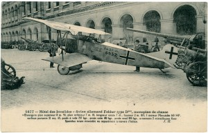Carte postale présentant un Fokker exposé dans la cour d'Honneur pendant la Grande Guerre. Le Fokker est un avion de chasse surnommé le « rasoir volant » par les pilotes alliés et utilisé à partir de 1918. La Croix de fer ornant l'avion a été simplifiée. © Paris, musée de l'Armée