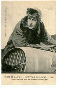 Carte postale du capitaine Guynemer appuyé sur un avion qui n'est pas à la même échelle que le portrait, éditée par la Société des amis du musée de l'Armée, réalisée à partir d'un portrait posthume peint par J. Cousin Lawrence en 1918. © Paris, musée de l'Armée