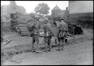 """""""Soldat ambulancier porteur de croix et livrant la soupe aux premières lignes, au moment de l'offensive de septembre 1916 sur le front de la Somme, Méharicourt (Somme), vers le 15 septembre 1916 © ECPAD / Pierre Machard"""