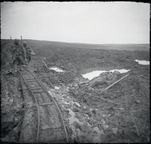 Cadavre français gisant dans la boue aux abords du fort de Douaumont, Meuse, 24 décembre 1916 © ECPAD / Albert Samama-Chikli