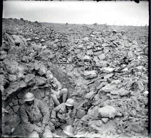 Sur la côte 304, à l'ouest de Verdun, des soldats du 87e régiment d'infanterie (RI) occupent la tranchée dévastée de la demi-lune, conquise lors de l'attaque du 17 juillet 1917, Meuse © ECPAD / Albert Samama-Chikli