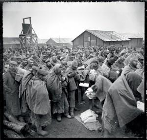 Dans le camp de transit de Souilly, distribution de couvertures aux prisonniers allemands capturés dans le secteur de Verdun, Meuse, 19 décembre 1916 © ECPAD / Albert Samama-Chikli