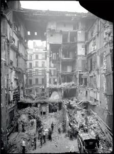 Un immeuble parisien, au n°5 de la rue Geoffroy-Marie dans le 9 arrondissement, détruit par un bombardement aérien le 8 mars 1918 et par l'incendie qui suivit, Paris © ECPAD/Paul Queste