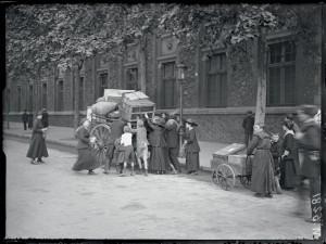 Des parisiens fuient les bombardements de la capitale avec leurs effets personnels, Paris 15 juin 1918 © ECPAD / Albert Moreau