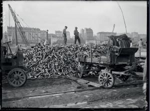 Déchargement de douilles d'obus de 75 mm, destinées à être refondues, quai de Grenelle, Paris, 20 octobre 1917 © ECPAD / Albert Moreau
