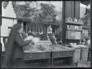 Un étalage de fruits et légumes, rue des Batignolles, Paris, 17 mai 1916 © ECPAD / Albert Moreau