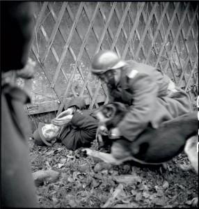 Action d'un peloton spécial lors des combats pour le libération de Mulhouse : les légendes d'origines nous apprennent qu'il s'agit de la capture d'un membre des SS, habilé en civil, Alsace 20-26 novembre 1944 © ECPAD / Louis Viguier
