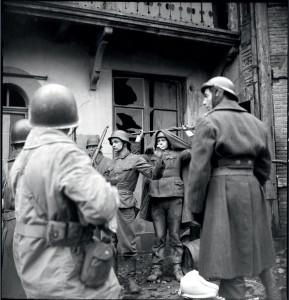 Réddition de soldats allemands retranchés dans une maison de Mulhouse en ruine, capturés par des soldats de la 1ere division blindée (DB) ou de la 9e DIC lors des combats de reconquête de la ville, Alsace, 20-26 novembre 1944 © ECPAD / Louis Viguier