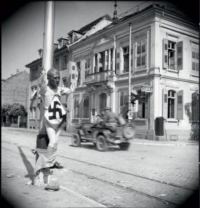 Des éléments de la 9e DIC traversent la ville de Kehl libérée, Allemagne, 15 au 16 avril 1945 © ECPAD / Louis Viguier