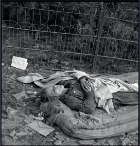 Libération de l'Alsace, après les combats : le jour de Noël, dans le village de Kientzheim. Le corps d'un soldat allemand repose sur un matelas, Haut-Rhin, 25 décembre 1944 © ECPAD / Germaine Kanova