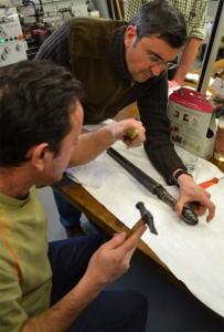 Didier Lescarbotte de l'atelier métal du musée de l'Armée et François Coulon, conservateur au musée des Beaux-Arts de Rennes autour d'un pistolet à quatre canons tournants