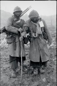 Campagne d'Italie : après les combats de la Costa San Pietro, un goumier marocain blessé est accompagné au poste de secours. Italie, 12-21 janvier 1944 © ECPAD / Jacques Belin
