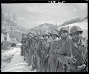 Tirailleurs du 6e RTM lors d'une halte dans un village abandonné, pendant la montée vers les lignes de Monte Cassino, Italie, 24 février 1944 © ECPAD / Jacques Belin