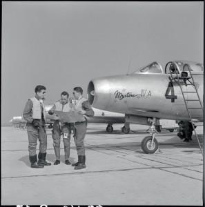 Des pilotes de Mystère IV-A sur le tarmac de la base aérienne 103 de Cambrai, 25 juin 1955 © ECPAD / André Branlard