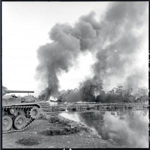 """Bombardement au napalm sur une rive du Song Lang, avant le franchissement de la rivière par des éléments parachutistes lors de l'opération """"Mouette"""". Des chars protègent le nord-ouest de la plage de débarquement, Indochine 4 octobre 1953 © ECPAD / Pierre Ferrari"""
