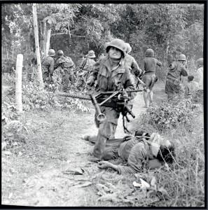 Combats à Ban Hine Siu et Na Pho. Un soldat du 3e BPVN porte une mitrailleuse, peut-être reprise à un camarade tombé au combat, Indochine, 5-9 janvier 1954 © ECPAD / Pierre Ferrari