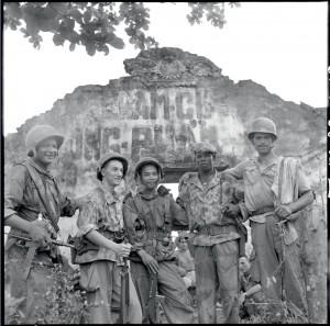"""Portrait d'un groupe lors de l'opération """"Camélia"""". Première classe du génie Laurent, caporal-chef du génie Forcet, 2e classe Thanh, du 8e BPC, 1re classe du génie Accus, 2e classe Joiali Bemaral, du 41e régiment d'artillerie coloniale (RAC), Indochine 24-28 septembre 1953 © ECPAD / Pierre Ferrari"""