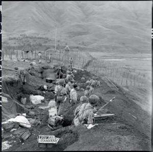 Soldats du 6e BPC se préparant à l'attaque des forces viêt-minh au poste de Tu Lé, Indochine, 18-20 octobre 1952 © ECPAD / Paul Corcuff